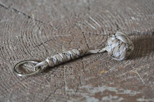 Брелок из паракорда с металлическим шаром